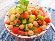 Лесна салата с нахут от консерва, домати, краставици и зелени чушки